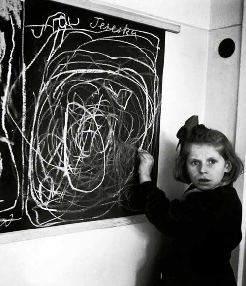 desenul unei fetiţe crescute într-un lagăr